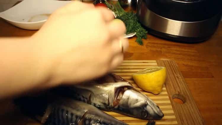 Для приготовления рыбы в мультиварке, нарежьте лимон