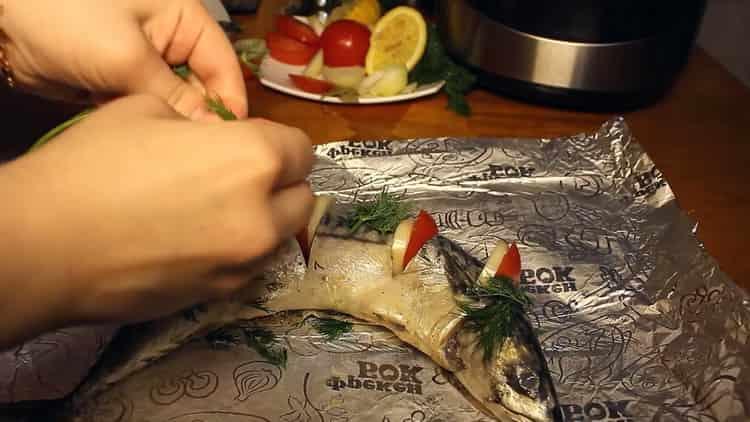 Для приготовления рыбы в мультиварке, выложите помидоры на фольгу