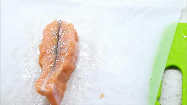 Для приготовления рыбы в сливочном соусе, выложите рыбу на пергаментную бумагу