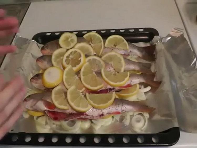 Для приготовления рыбы голец выложите ингредиенты на фольгу