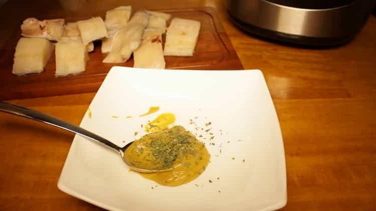 Для приготовления рыбы на пару в мультиварке, приготовьте соус