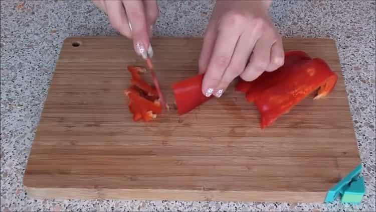 Для приготовления рыбы под шубой в духовке нарежьте перец