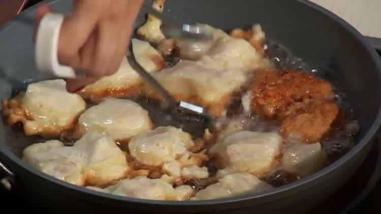Для приготовления рыбы с рисом, обжарьте рыбу