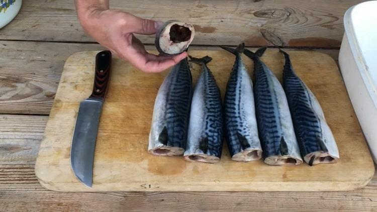 Для приготовления рыбы холодного копчения подготовьте ингредиенты