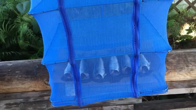 Для приготовления рыбы холодного копчения положите рыбу в сетку