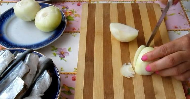 Для приготовления салаки по простому рецепту, нарежьте лук