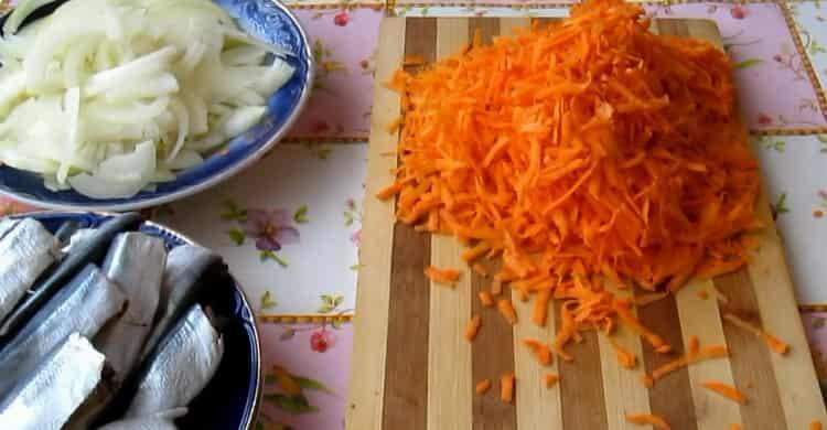 Для приготовления салаки по простому рецепту, натрите морковь