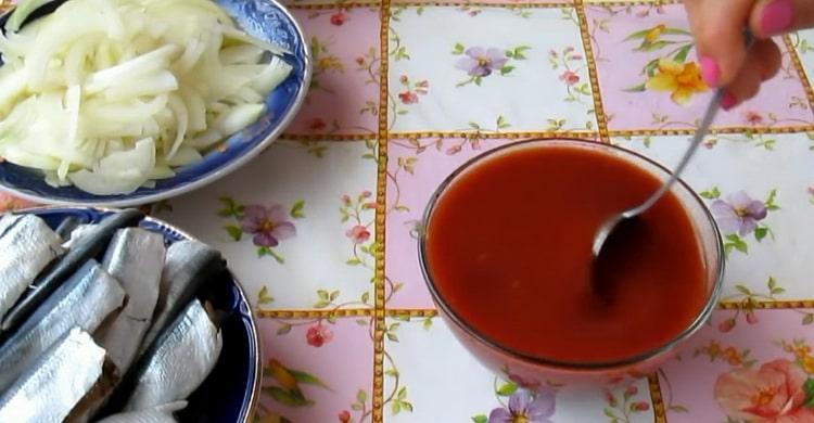 Для приготовления салаки по простому рецепту, приготовьте томатную пасту