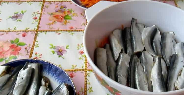 Для приготовления салаки по простому рецепту, выложите рыбу