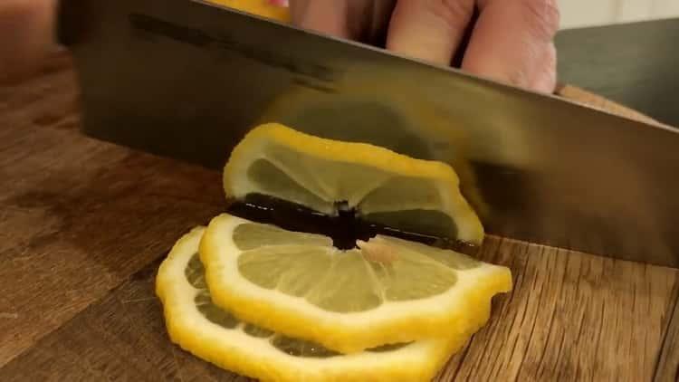 Для приготовления скумбрии в фольге, нарежьте лимон