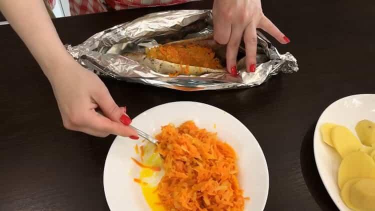 Для приготовления скумбрии в фольге, выложите овощи к рыбе