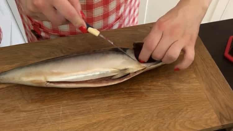 Для приготовления скумбрии в фольге, подготовьте ингредиенты