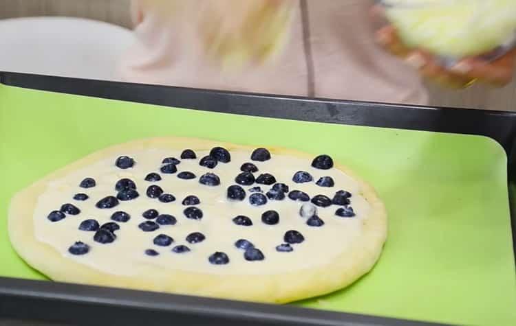 Для приготовления сладкой пиццы положите ягоды