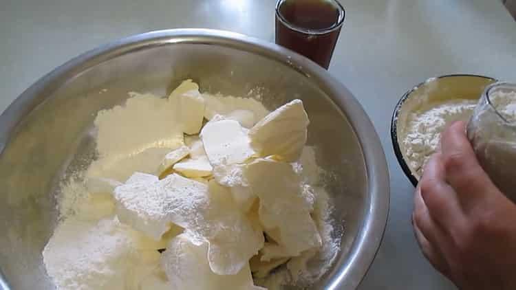 Для приготовления слоеного печенья. смешайте масло с мукой