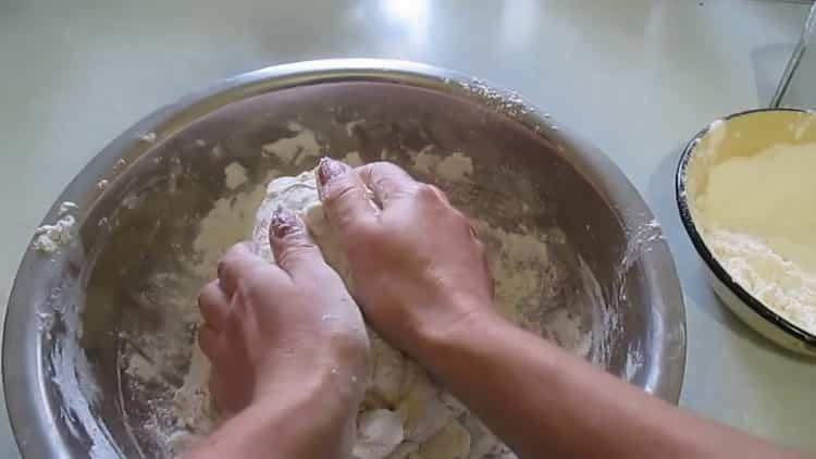 Для приготовления слоеного печенья. приготовьте тесто