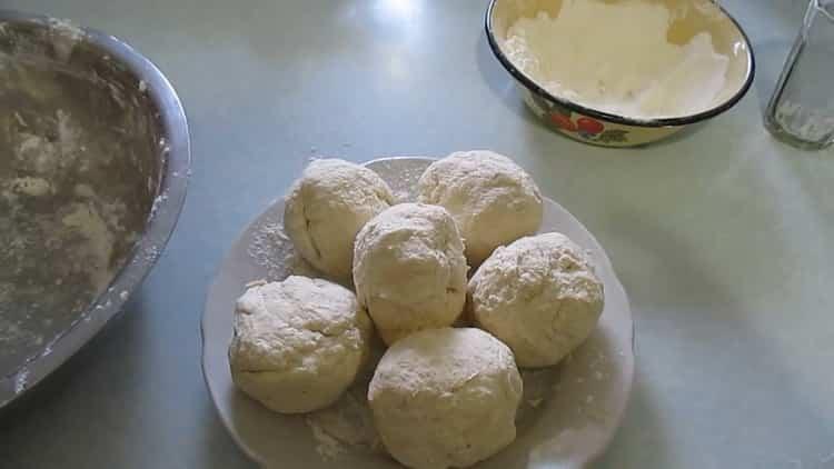 Для приготовления слоеного печенья. разделите тесто на порции