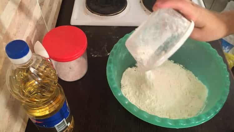 Для приготовления слоеного хинкали просейте муку
