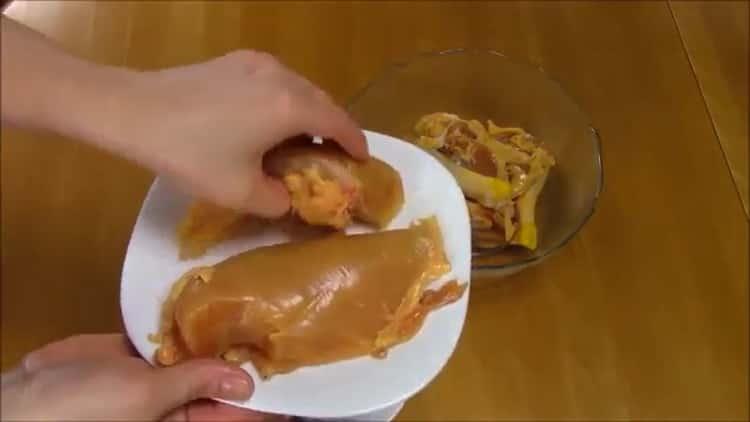 Для приготовления слоеного хинкали, нарежьте мясо