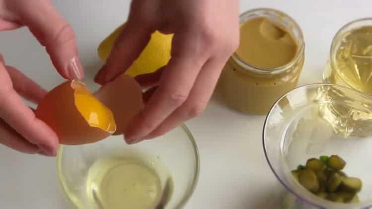 Для приготовления соуса для рыбы, разделите белок от желтка