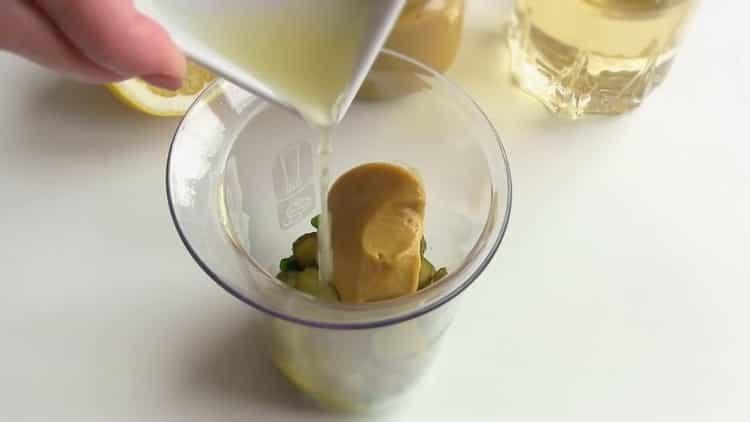 Для приготовления соуса для рыбы, добавьте лимонный сок