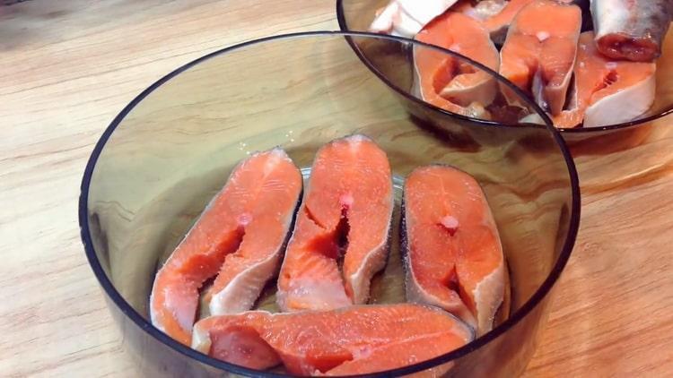 Для приготовления стейков из горбуши, замаринуйте рыбу
