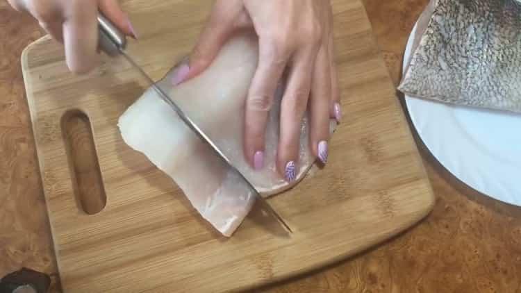 По рецепту для приготовления судака в духовке подготовьте ингредиенты