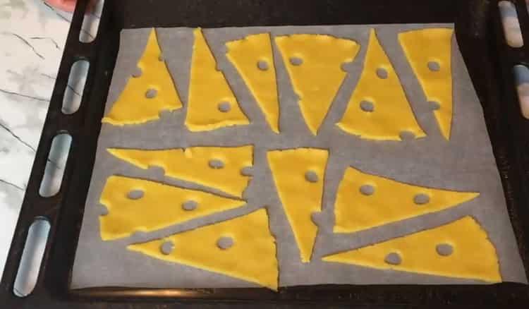 Для приготовления сырного печения, разогрейте духовку