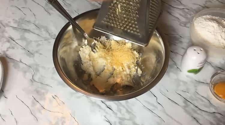 Для приготовления сырного печения, натрите сыр