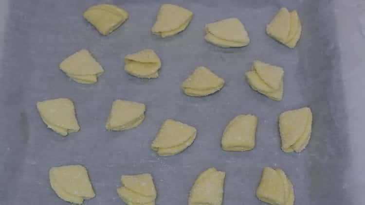 Для приготовления творожного печенья треугольники разогрейте духовку