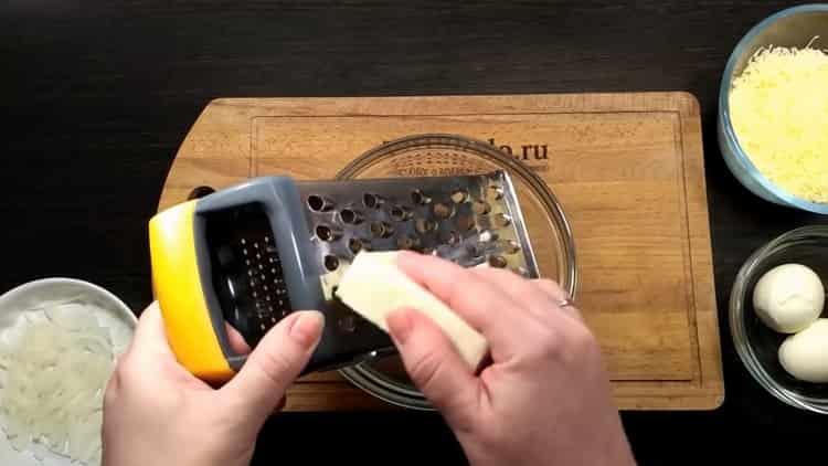Для приготовления тилапии в духовке натрите сыр
