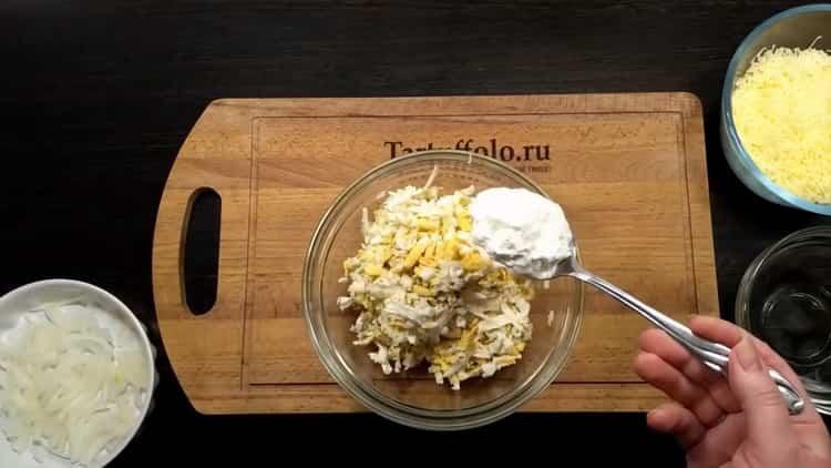 Для приготовления тилапии в духовке смешайте ингредиенты для начинки