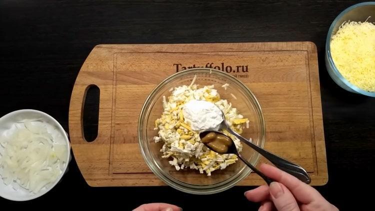 Для приготовления тилапии в духовке добавьте все ингредиенты для приготовления начинки