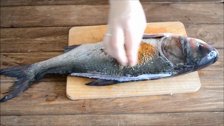Для приготовления толстолобик в духовке, приготовьте специи