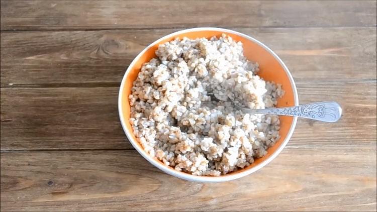 Для приготовления толстолобик в духовке, сварите кашу