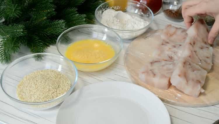 По рецепту для приготовления филе минтая на сковороде нарежьте рыбу