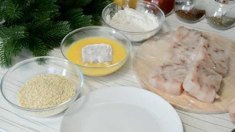 По рецепту для приготовления филе минтая на сковороде запанируйте рыбу