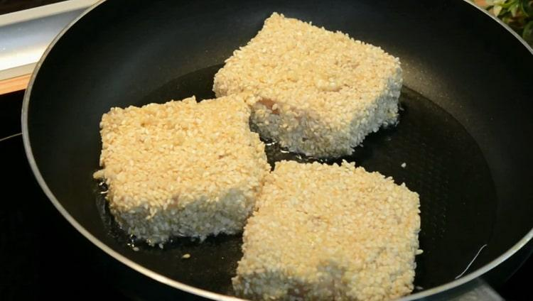По рецепту для приготовления филе минтая на сковороде обжарите рыбу