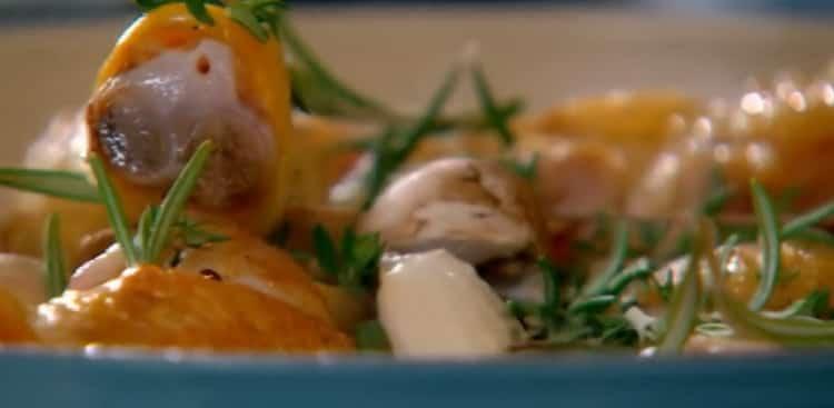 Для приготовления фрикасе из курицы смешайте ингредиенты