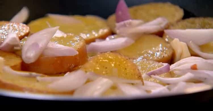 Нарежьте лук и обжарьте с картошкой