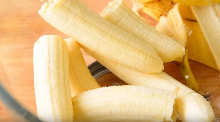 Спелые бананы ломаем на кусочки и выкладываем в миску.