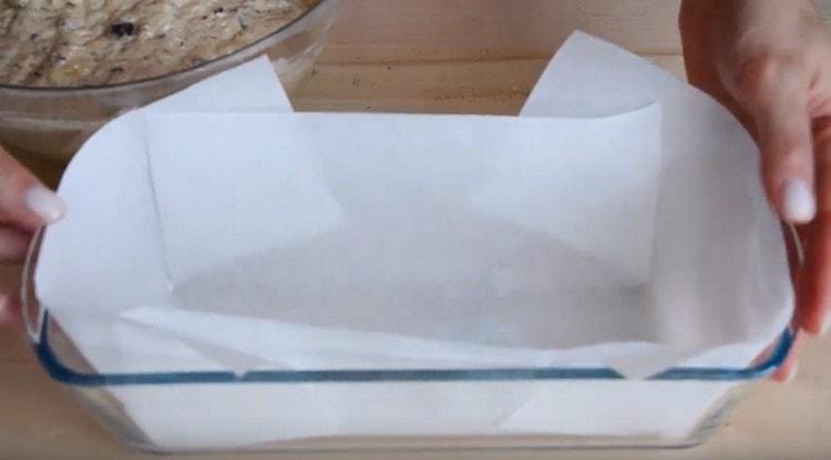 Форму для кекса выстилаем пергаментом.