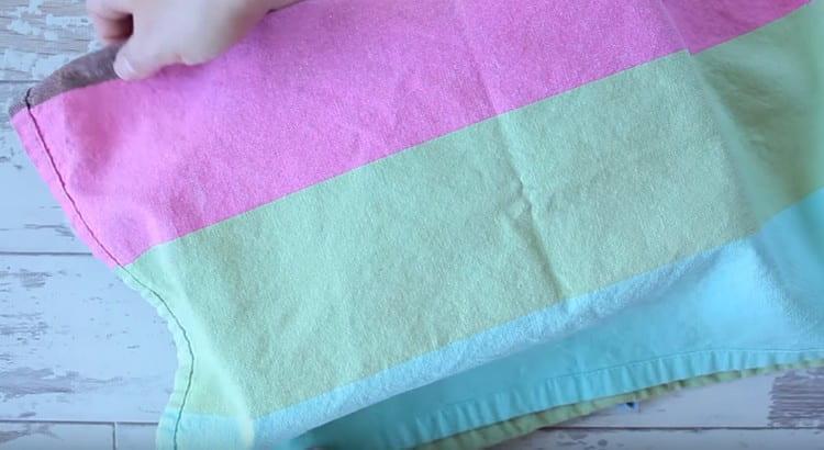 Накрываем тесто в форме полотенцем, оставляем, чтобы оно подошло.