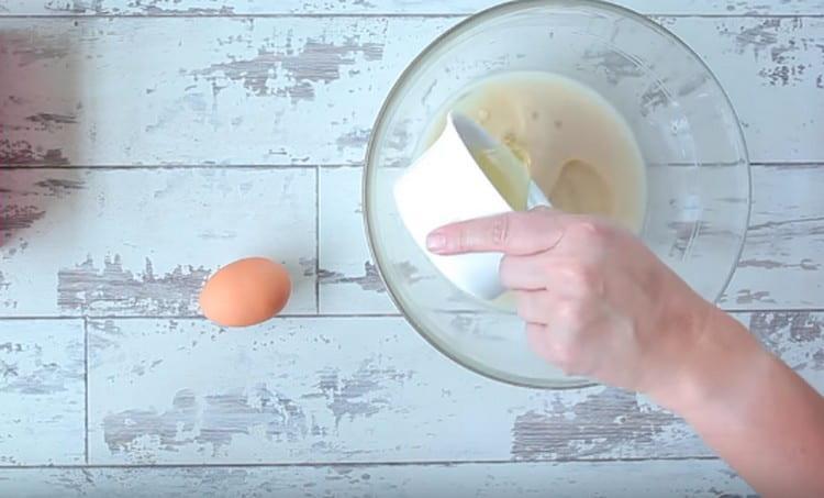 Вводим к жидким компонентам один яичный белок.