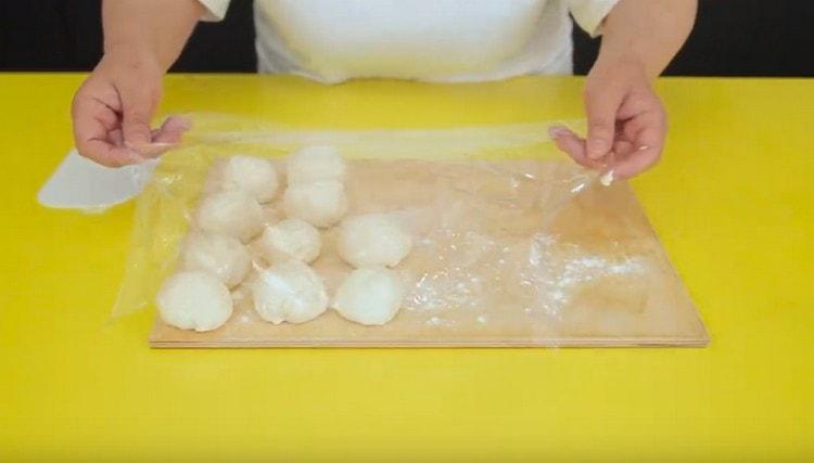 Разделяем тесто на 10 кусочков.