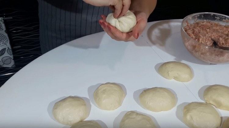 Собираем тесто мешочком вокруг начинки, защипываем.