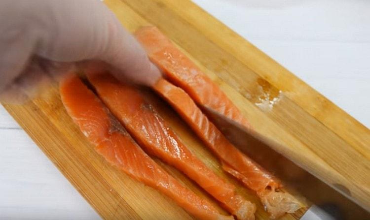 Филе семги нарезаем на длинные кусочки.