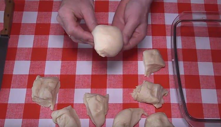 Каждый кусочек теста округляем, формируя булочку.