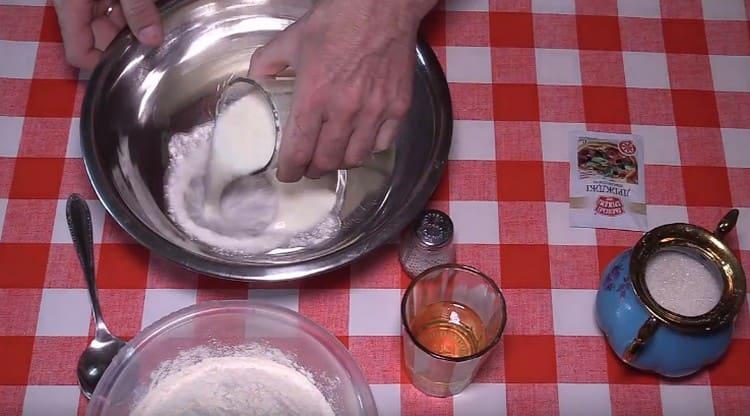 В миску наливаем теплый кефир.
