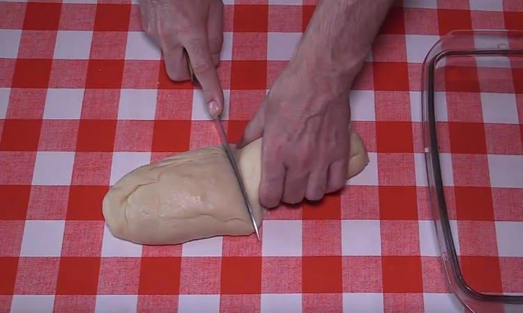 Формируем из теста колбаску, делим на порционные заготовки.