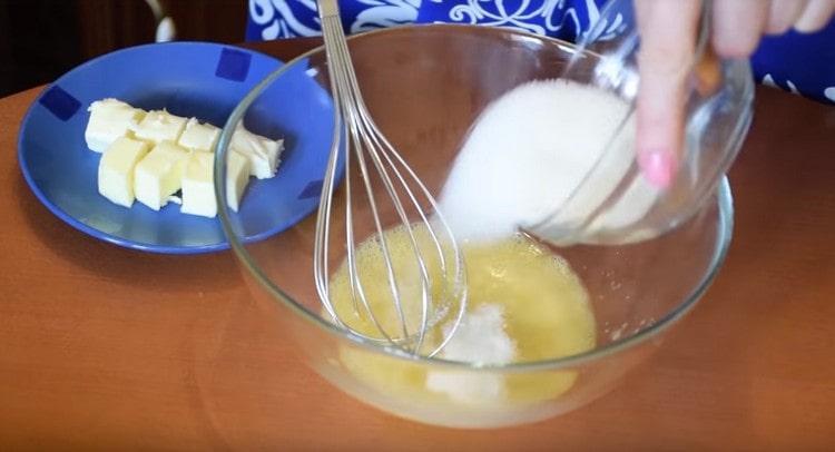 В миске соединяем яйцо с сахаром и солью.